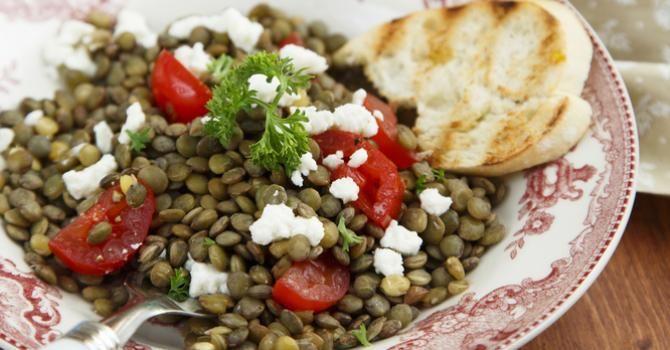 Recette de Salade de lentilles à la feta spéciale coupe-faim. Facile et rapide à réaliser, goûteuse et diététique.