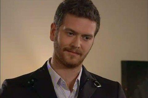 Engin Öztürk es Selim Yasaran  Estando listo paera casarse, cometerá un error que lo perseguirá para siempre.