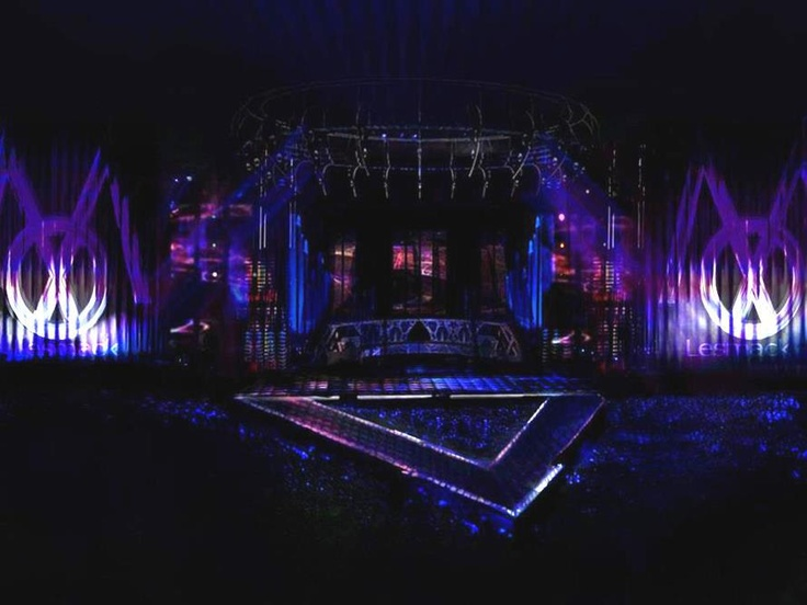 """Madonna's stage?! It isn't """"inedito""""... It is so similar to Laura Pausini's stage in the """"Inedito world tour""""! OMG o.O"""