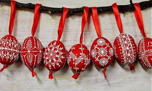 slepačie vajíčka /červené- zdobené voskom