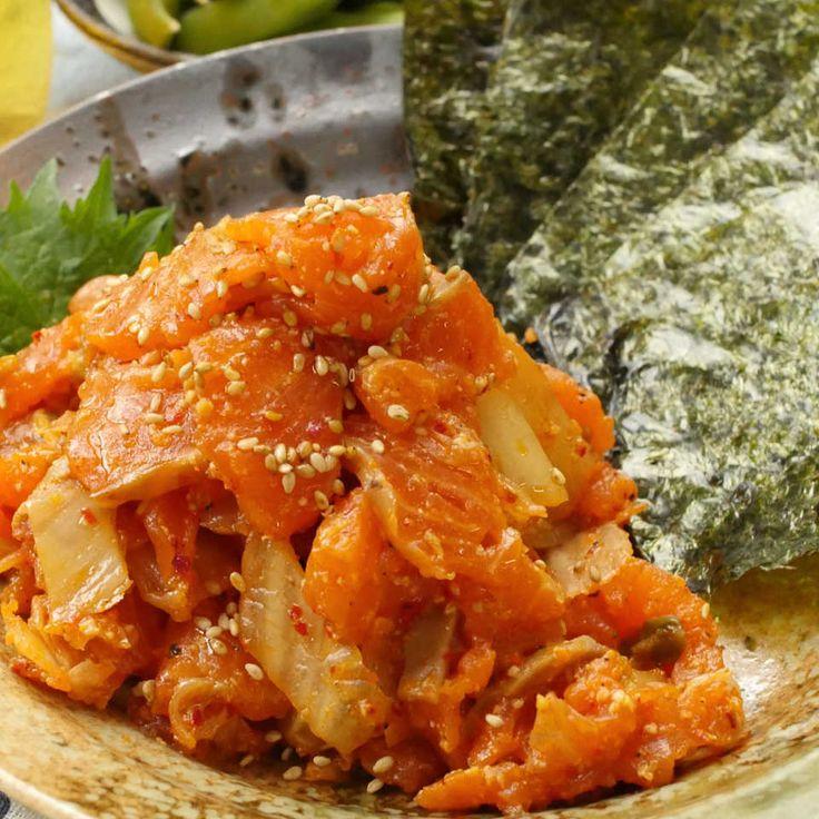ご飯もお酒も永遠にススむ…!今回はTVでも話題の「鮭キムチ」の簡単アレンジレシピ[動画]| ご飯にのせて丼ぶりにするもよし、海苔で巻いておつまみにするのもよし♪お箸が止まらない爆ウマレシピをめしあがれ!