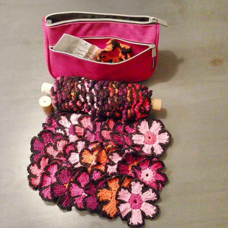 Vandaag tijdens de reis lekker opgeschoten en nu de oogst thuis op tafel uitgestald :-) nog 40 bloemen te gaan!  #haken #hakeniship #crochet #katoen #garen #kleur #color #scheepjes #omslagdoek #crochetaddict #handmade #handwerk #thuis @atty hij wordt mooi!