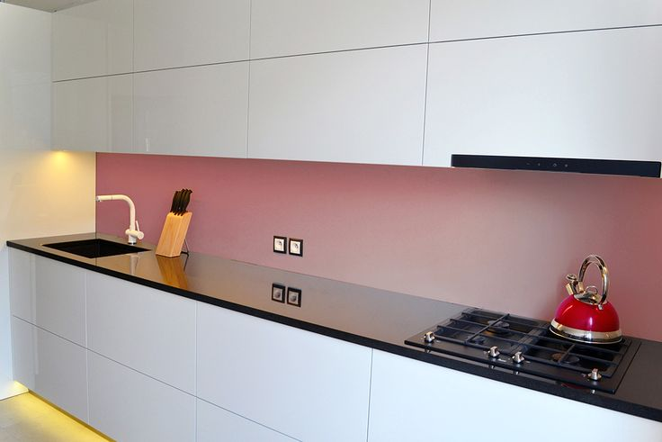 Biało-czarną kuchnię doskonale uzupełnia kolor przygaszonego różu. Wnętrze jest stonowane i jasne. | Maszroom.com