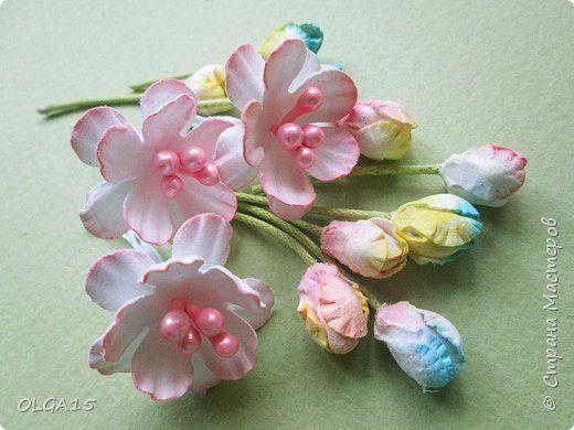 Добрый вечер, дорогие мастера и мастерицы! Хочу поделиться с вами этапами изготовлением мелких  бумажных цветов.  Мы сделаем три вида цветов: маленькие тюльпаны, белые цветы и простые мелкие цветочки. На этом фото - белые цветы и тюльпаны.  фото 1