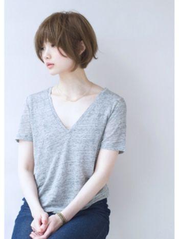 毛先のゆるいカールがエアリーで優しい表情を作る、ふんわりとしたショートボブスタイル。目の上ギリギリの位置でカットした前髪は目の印象を強めてくれます。