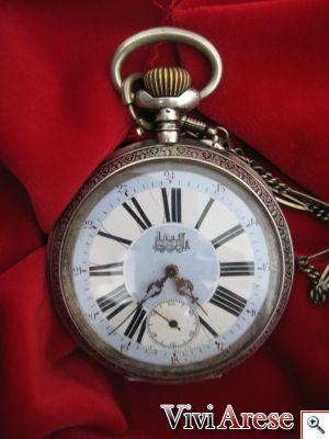 Orologio a cipolla: Orologio in argento della fine dell'800. E' un'orologio: usato probabilmente dai capistazione delle ferrovie. Le foto sono dell'esterno (davanti e dietro) e dell'interno con incisa la marca. Se sei interessato chiedi informazioni al n° 3479058659 o al 3479228397.