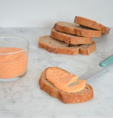 Een lekker smeerseltjes voor bij de borrel, is opgeklopte feta met paprika's.