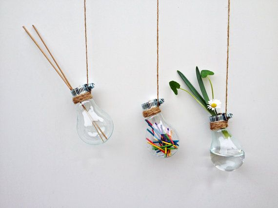 Le cadeau idéal ! Embrasser les éléments naturels et la modernité avec cet ensemble de 3 pot de fleur belle upcycled verre ampoule / displays.    Ce