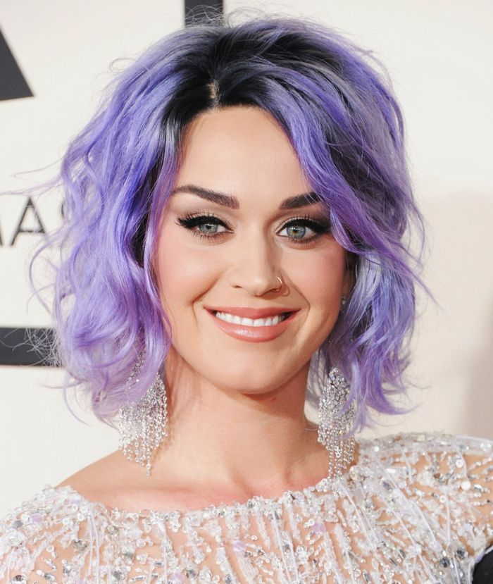 lila Haare, Bob Frisur, auffällige Ohrringe, pfirsich Lippenstift, schwarze Mascara und Eyeliner, Katy Perry
