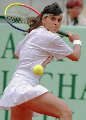 esta es una foto de una chica que está jugando tenis. Su nombre es Gabriela Sabatini . Esta ubicado en Argentina .