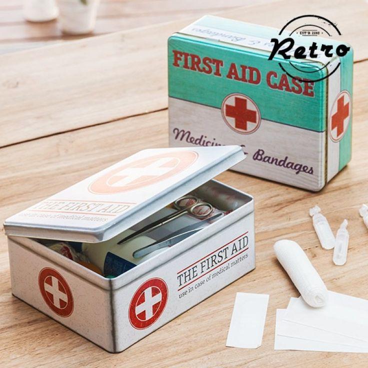 """Σας παρουσιάζουμε το μεταλλικό κουτί vintage Medical, ιδανικό για την αποθήκευση φαρμάκων, είδη πρώτων βοηθειών ή άλλων αντικείμενων.    Πέρα από τις προφανείς χρήσεις του, μπορείτε να αφήσετε τη φαντασία σας να οργιάσει και βάλετε κάτι πέρα από το """""""