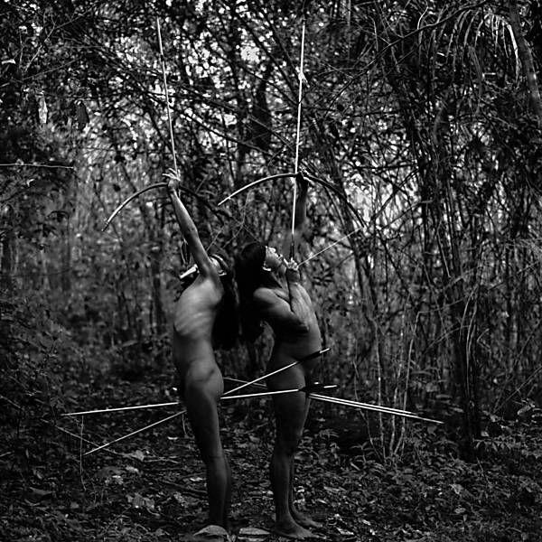Isolados, os Zo'és vivem nus e caçam com arco e flecha