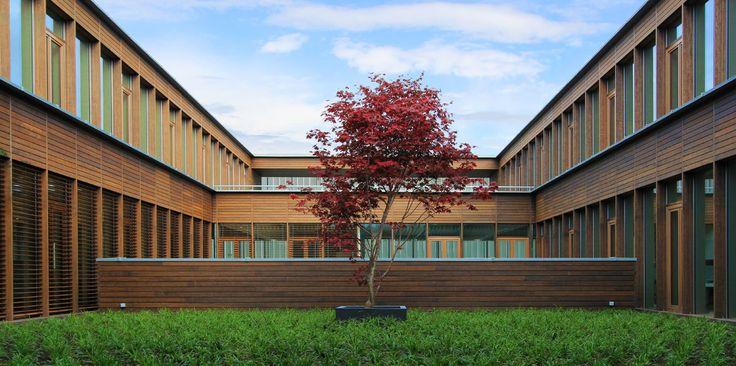 Sede de AGC Glass Europe El edificio sigue el trazado de la autopista N4, respetando los accidentes geográficos naturales. El edificio se basa sobre pilotes, flotando sobre el paisaje ondulado. Dada la naturaleza montañosa de Valonia, el impacto en el paisaje es sutil. En los techos se plantaron árboles de hoja perenne.
