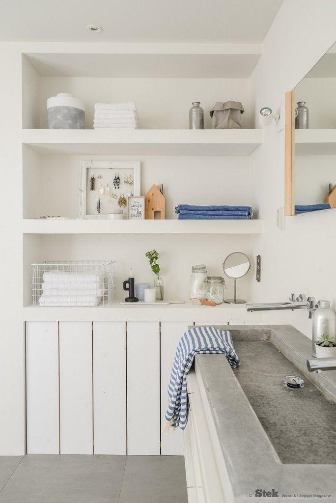 Badkamerinrichting: Wit, grijs met hout en blauwe accenten | Stek Magazine | Bathroom | Fotografie & styling: Binti Home | Blue | Concrete