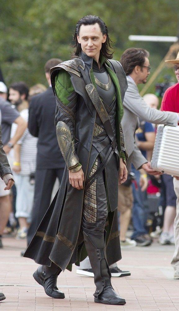 FINALLY! A reference photo for a sketch! Thank you, people who take photos on movie sets...I would not be able to draw Loki's outfits without you. (Now, where's the other one with his full armor...) LOKI'S FULL COSTUME