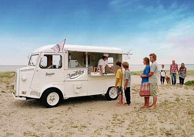 De 2 iskolde ismænd serverer Hansens Flødeis fra deres retro Citroën d. 13. sept. De tilbyder ispinde og vafler samt gl. dags i bægre og vafler. Husk man skal ha' en god is om dagen. God sommerferie til dem der er nået dertil i dag.