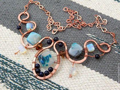 Купить или заказать Колье 'Утреннее море' в интернет-магазине на Ярмарке Мастеров. Крупное колье из меди, тонированных агатов и стеклянных бусин - синий авантюрин и лунные камни. Крупные агатовые бусины в подвеске вращаются представая то с одной то с другой стороны, что делает колье изменчивым как прибой, синие авантюриновые бусины - как еще не погасшие звезды в небе, лунные камни - как утренний туман над водой. Вот почему это колье называется Утреннее море.