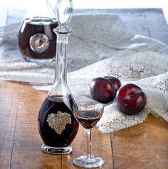 Ένα χωνευτικό λικέρ σε δύο εκδοχές, για να το σερβίρετε ύστερα από ένα απολαυστικό δείπνο και να νιώσετε τη γεύση και το άρωμα του φθινοπωρινού φρούτου. Μέχρι να το απολαύσετε, βέβαια, οπλιστείτε με υπομονή αφού θα χρειαστούν αρκετές εβδομάδες αναμονής για να ωριμάσει μέσα στο βάζο του…