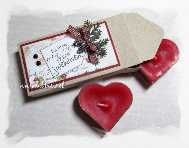 En liten julehilsen som inneholder to hjertetelys. Laget i kraftkartong med envelope punch boardet. Rødt panel og et Magnolia juleark. Ta...