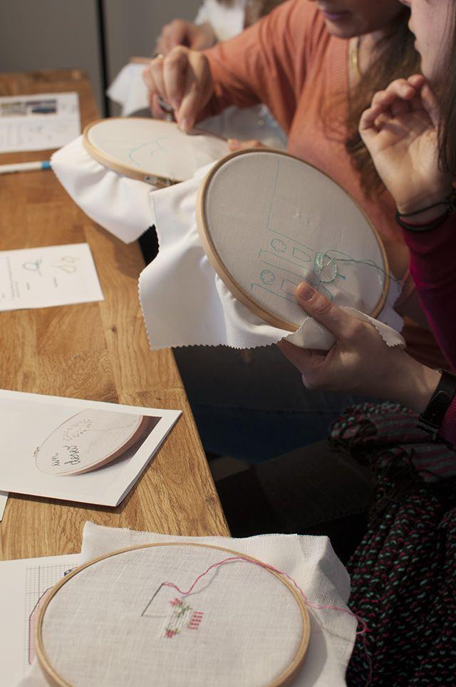 Las creaciones de las chicas en nuestro taller de bordado de nuestro Club Creativo MUNICH MAKES - The girls working in our embroidery workshop,  in our Creative Community in Spanish in Munich, called MUNICH MAKES