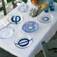 Des assiettes peintes de lettres grecques - Marie Claire Idées