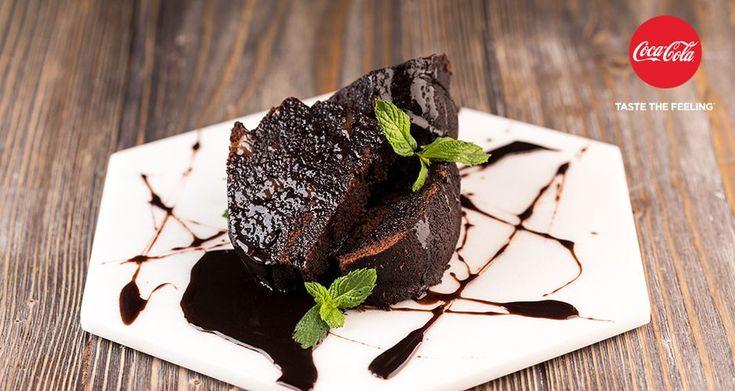 Κέικ σοκολάτα καραμέλα από τον Άκη Πετρετζίκη. Το πιο εύκολο κέικ με γλάσο Coca cola, χωρίς μίξερ. Αφράτο και ζουμερό με γεύση σοκολάτας και καραμέλας!