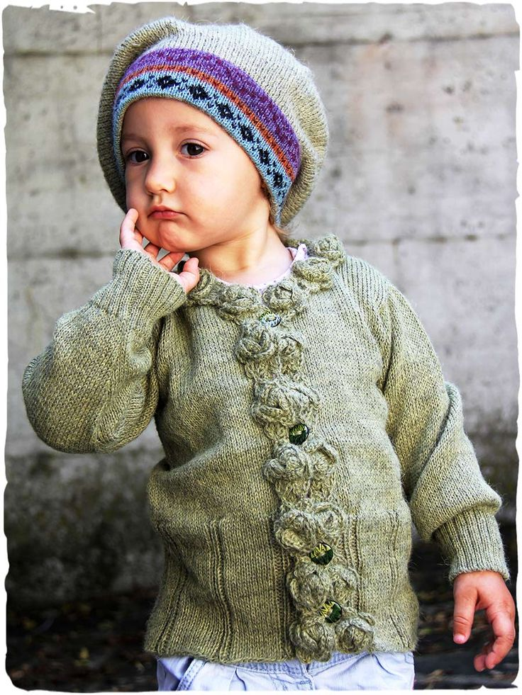 cardigan bambina splendido e raffinato #cardigan #bambina in #lana #alpaca con scollo rotondo e #bottoni in #ceramica. Il bordino del #cardigan in #lanaalpaca è ornato da #fiori #uncinetto - www.lamamita.it/store/abbigliamento-invernale/1/maglioni-bimbi/cardigan-bambina