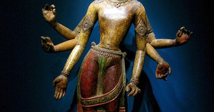 La historia de los tatuajes tibetanos. En los últimos años, los tatuajes tibetanos se volvieron populares debido a celebridades que adoptaron este arte antiguo. El lenguaje tibetano ha existido por muchos siglos y es considerado sagrado. Muchos artistas que se dedican a hacer tatuajes se especializan en el lenguaje y la caligrafía tibetana y son considerados expertos en este arte. Los ...