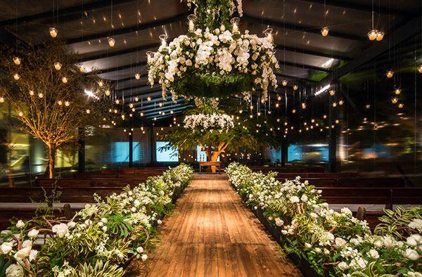 Decoração de cerimônia de casamento em branco e verde com lustres floridos e velas suspensas ( Decor: Lais Aguiar | Foto: Demian Golovaty )