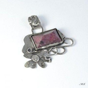 Wisiorek srebrny z rubinem naturalnym.