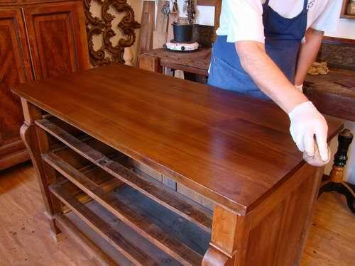 Negli anni ho approfondito la lucidatura a tampone con vernice di gommalacca ed il recupero della patina originale dei mobili. Spesso delego la parte del restauro....
