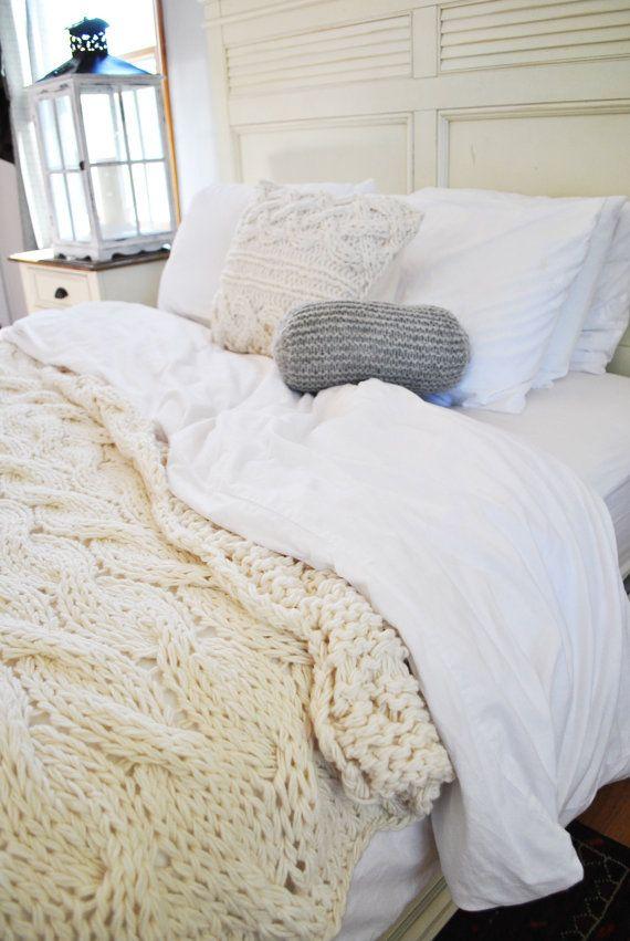 Añadir textura, suavidad y calidez a tu cama con esta manta de lana con cable super grueso.  Esta manta gruesa será mano de punto de lana suave. Está disponible en crema natural que le da un poco de un aspecto irlandés o un rico gris natural. Otros colores pueden ser por encargo a petición.  ¿BUSCANDO UNA LISTA PARA MANTA DE LANA GRUESO DE LA NAVE? Compruebe nuestra lana chunky stock en manta sección aquí…