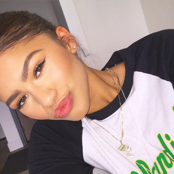 @Zendaya: When your cat eye's sharp and your brows are full…life's good