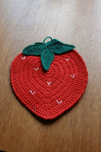 Strawberry pot holder CROCHET INSPIRATION http://pinterest.com/gigibrazil/crochet-kitchen/