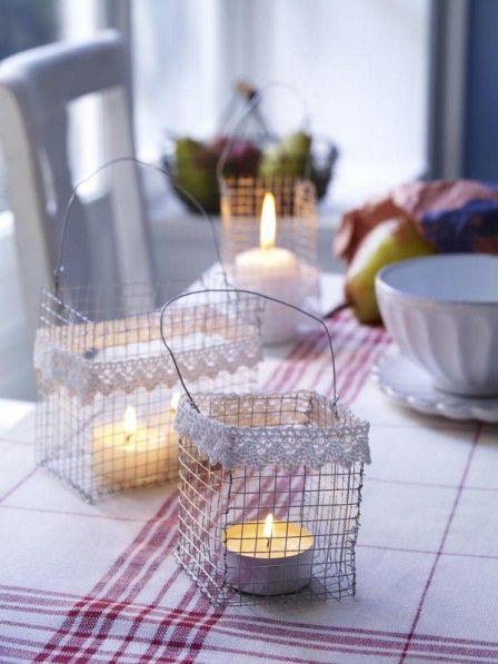 Basteln Sie aus Drahtgitter einen quadratischen Henkelkorb und verzieren den Rand mit Spitze. Hinein kommt ein Teelicht.