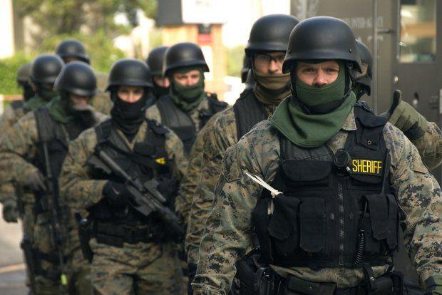 Amerikansk politi er bevæbnet med våben fra USAs krige og med knowhow fra Israe