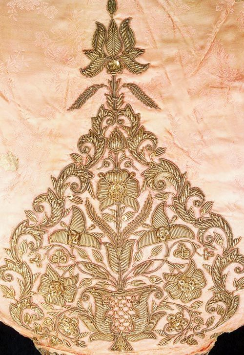 During the British Raj, Awadhi workmanship was amalgamated with European and Chinese influences. The elaborate embroidery and rich borders of floral motifs used to be in pure zardozi and were much sought after
