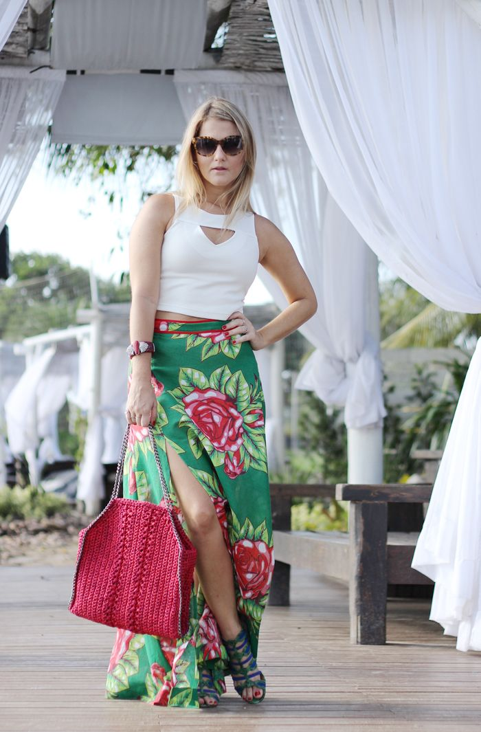 Floral Chita long skirt with white croppes anda Catarina Mina Bag. Resort street Style. Green, red, pink, cereja, bracelet, Camila Klein