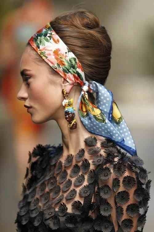 Möglichkeiten, ein Stirnband mit verschiedenen Frisuren zu tragen