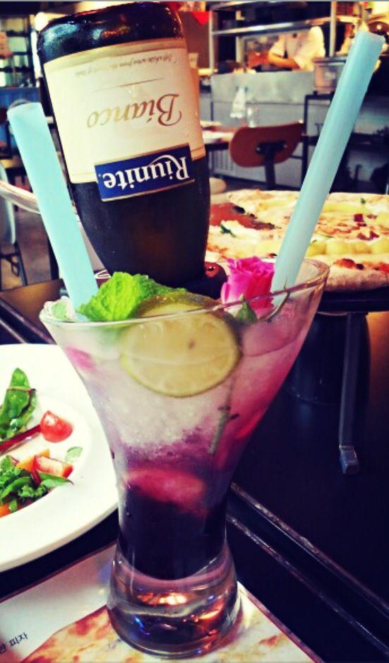 """이태리레스토랑 블랙스미스에 리유니트 와인 '스미스리타' 를 만날수있어요. Isnt this look yummy? Riunite cocktail in Italian restaurant called """"Blacksmith"""""""