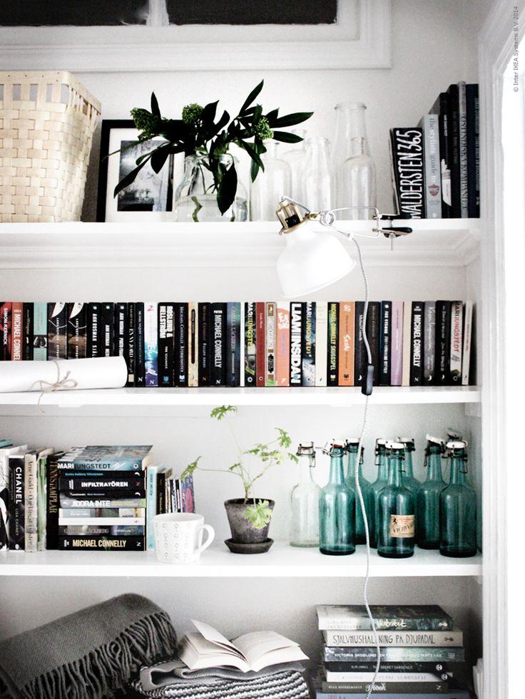 Välkomna hem till Johanna och ta en titt i hennes bokhylla. KNARRA korg, RIBBA ram och ett gäng med ENSIDIG vaser. RANARP klämspot, ORMHASSEL filt.