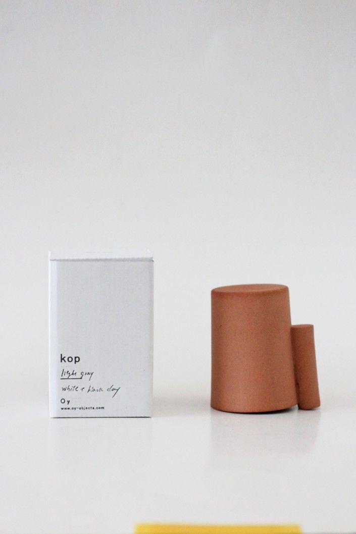 Avec une conception idéale, cette tasse peut contenir 200 ml. Fabriquée avec minutie, elle permet grâce à son design, d'offrir un modèle fonctionnel et facile d'entretien. Une fois retournée, la tasse sèche rapidement car sa hanse est apposée de manière à ce qu'il y est un léger espace entre le plan de travail et les contours de l'objet. L'air s'immisce ainsi discrètement à l'intérieur du contenant pour apporter un séchage de la matière performant.
