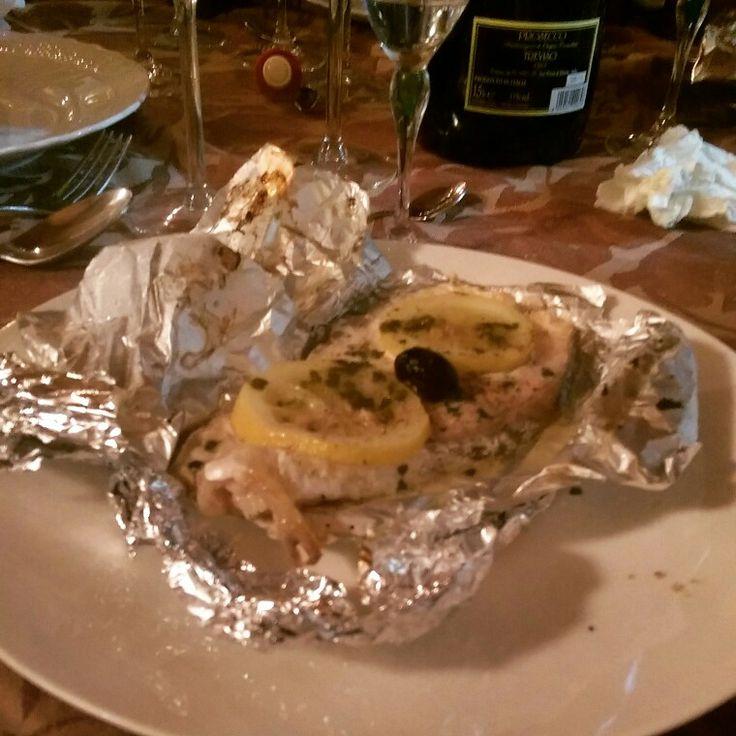 Salmone al cartoccio con rondelle di limone sale grosso di cervia e olio di trevi con olive taggianche