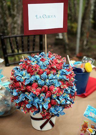 Детский стол на свадьбе, букет из конфеток