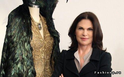 Художники по костюмам: Коллин ЭтвудРешающим моментом в карьере женщины стала работа с Тимом Бертоном, с которым она сотрудничала более двух следующих десятилетий (вместе работали в более чем семи фильмах).
