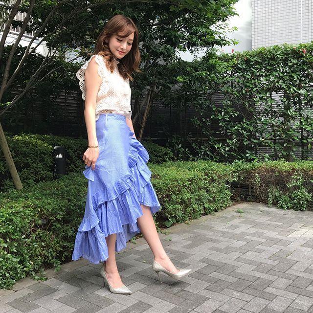 #ootd #tops #skirt #chicwish  #shoes #jimmychoo . 上下とも @chicwish で新調したもの🌷✨ . 今日の#カラコン は#ナチュラリ ワンデー👀💕 新作発売を記念して2箱購入で2箱プレゼントキャンペーン実施中だよ👼  @naturali_official . . http://jp.chicwish.com/your-sassy-start-sleeveless-crochet-lace-top-in-beige.html . http://jp.chicwish.com/applause-of-ruffle-tiered-frill-hem-skirt-in-blue-stripes.html ↑ お洋服のURL一応貼っておくね💕 . #naturali #鈴木えみ #coordinate #167cmコーデ