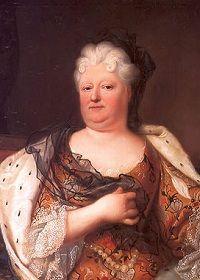 Isabel Carlota del Palatinado (1652-1722) es una mujer hombruna, robusta, poco coqueta, llegada a la corte de Francia para desposarse con el hermano del Rey Sol. Isabel Carlota del Palatinado tuvo que sufrir la homosexualidad de su marido, algo que aceptó con resignación. Su inteligencia y saber estar la acercaron a Luis XIV de quien se convirtió en una de sus confidentes más fieles.