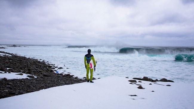 Surfere fra hele verden strømmer til Lofoten - Nordland - NRK Nyheter