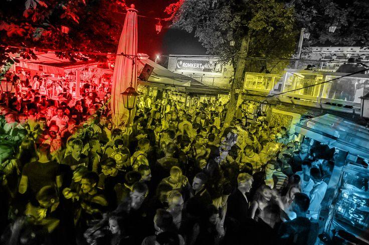 Ezen a nyáron is minden este Légy részese Te is a legjobb nyári buliknak!  Évek óta a budapesti fiatalok és a legszexibb, bulizásra éhes lányok Nr.1. partitere a Duna-parti Romkert, ahol a csillagos ég, a varázslatos holdfény és a lágy dunai szél fonja körbe az éjszakát a vidám lámpásokkal és fényekkel.  Emellett kedves pultosokkal, professzionális kiszolgálással ad a ROMKERT tökéletes helyszínt akár egy romantikus estének, vagy egy őrült nyári bulinak.