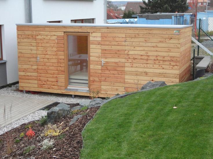 Naše první sauna NATURHOUSE. Sauna nabízí samostatný prostor pro saunování a odpočívárnu. K sauně je připojen zahradní sklad se samostatnými dveřmi, který je vhodný pro uskladnění zahradního nářadí.